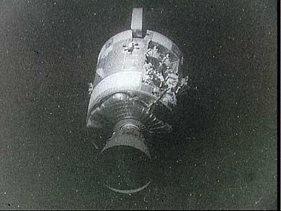 Фото NASA AS13-59-8500. Служебный отсек корабля