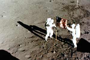 Астронавты Армстронг (слева) и Олдрин (справа) рядом с флагом. Кадр из кинофильма.