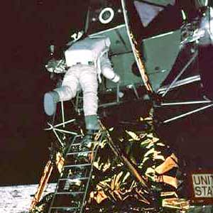 Фото NASA AS11-40-5866. Астронавт Эдвин Олдрин спускается на лунную поверхность.