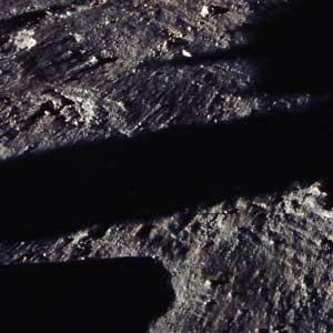 Фото NASA AS11-40-5921 (фрагмент): видна пыль, частично сдутая струей газа