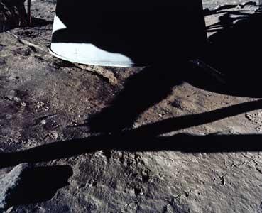 Фото NASA AS11-40-5921: лунная поверхность под двигателем посадочной ступени