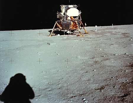 Фото NASA AS11-40-5962. Вид лунного модуля