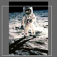Фотография NASA AS11-40-5903. Белая рамка показывает исходный кадр.