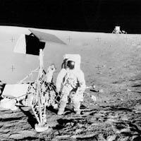 Фото NASA AS12-48-7135. Астронавт Алан Бин рядом с аппаратом