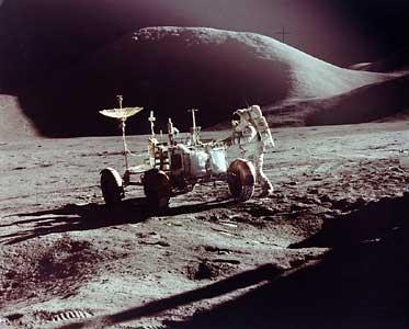 Фото NASA AS15-86-11603. Астронавт Джеймс Ирвин и