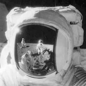 В стекле шлема отражаются сразу два астронавта!