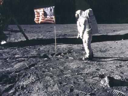 Фото NASA AS11-40-5875. Астронавт Эдвин Олдрин рядом с флагом. Фотография из