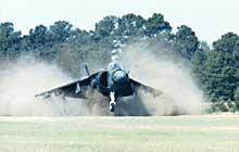 Самолет «Харриер», висящий над полем. Силя тяги его двигателя, которая держит аппарат в воздухе, в несколько раз больше силы тяги посадочного модуля «Аполлона».
