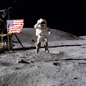 Фото NASA AS16-113-18339 (фрагмент). Астронавт Джон Янг отдает честь флагу.