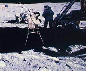 Фото NASA AS16-114-18439. Камера для съемок неба в ультафиолетовых лучах. На заднем плане - астронавт Чарльз Дьюк,