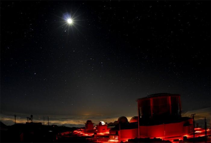 Луна над вулканом Халекала