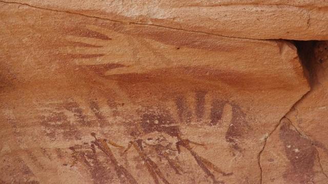 Фигуры людей накладываются на отпечатки рук